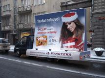 Vilniaus centrine universaline parduotuve visiems dovanoja saldainiu